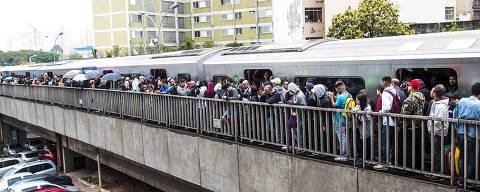 São Paulo (SP), 17/09/2019 - Energia / Metrô - Neste manha de segunda feira (17), passageiros do metrô tiveram que descer e caminhar pelos trilhos entre as estações Dom Pedro e Sé, segundo os passageiros os trens pararam por falta de energia.  (Foto: Marcelo S. Camargo / Photo Press / Agência O Globo)