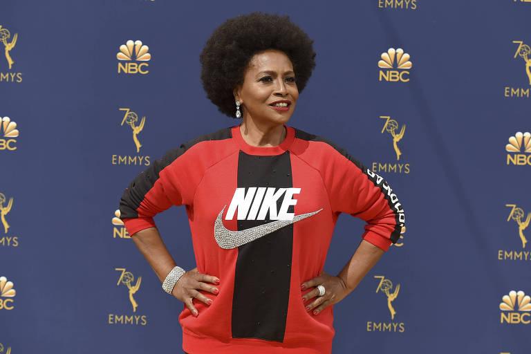 """Jenifer Lewis, da série """"Black-ish"""", no tapete vermelho da cerimônia do Emmy, em Los Angeles"""