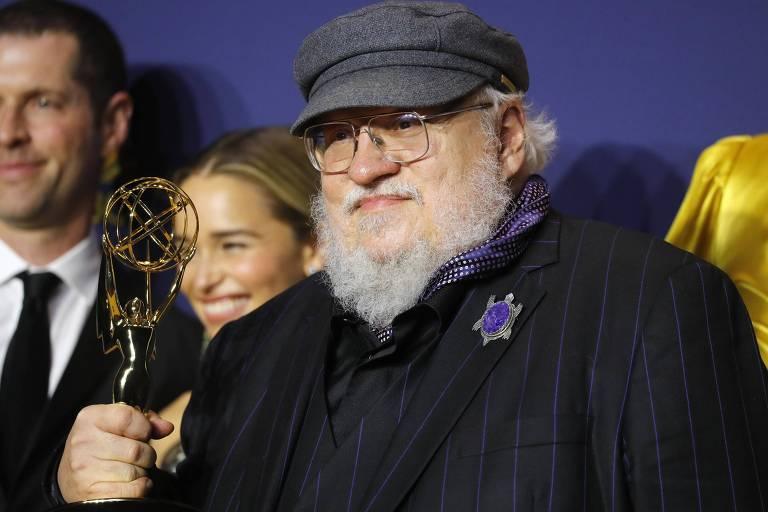 George R. R. Martin com o troféu do Emmy, em Los Angeles