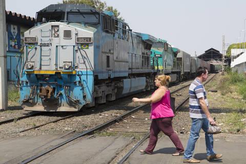 AMERICANA, SP, BRASIL, 11-09-2018: Pedestres atravessam linha férrea de Americana, no interior do Estado. A cidade integra a primeira fase do projeto de implantação do Trem Intercidades, orçado em R$ 5,4 bilhões, e, segundo a concessionária Rumos, não comporta tráfego adicional de trens de passageiros na linha ferroviária que corta o município. (Foto: Rafael Hupsel/Folhapress) *FSP-COTIDIANO* EXCLUSIVO FOLHA***.