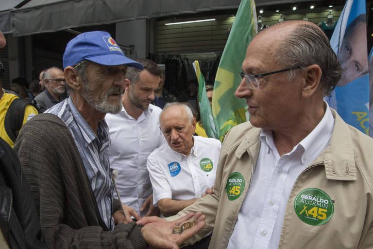Homem pede dinheiro ao candidato à presidência, Geraldo Alckmin (PSDB), durante campanha no Brás, em São Paulo.