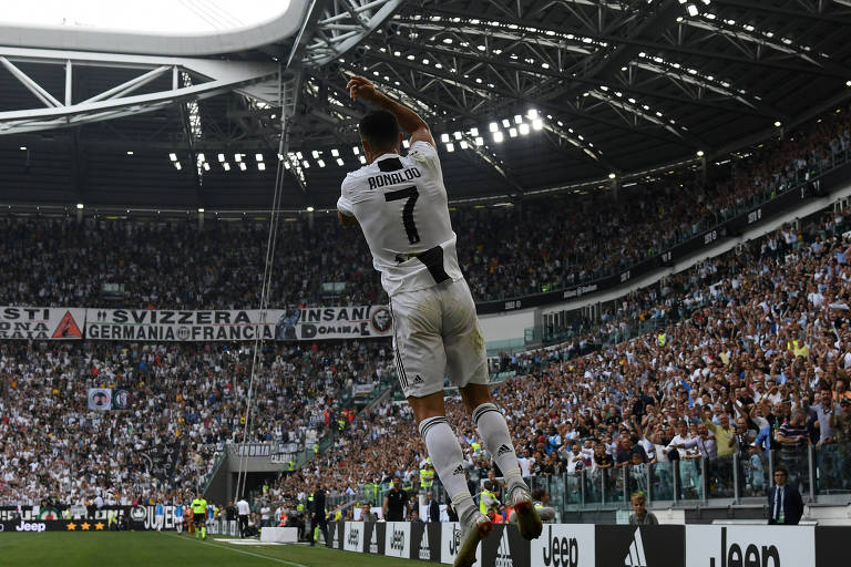 Cristiano Ronaldo comemora seu primeiro gol com a camisa da Juventus, contra o Sassuolo, no domingo (16)