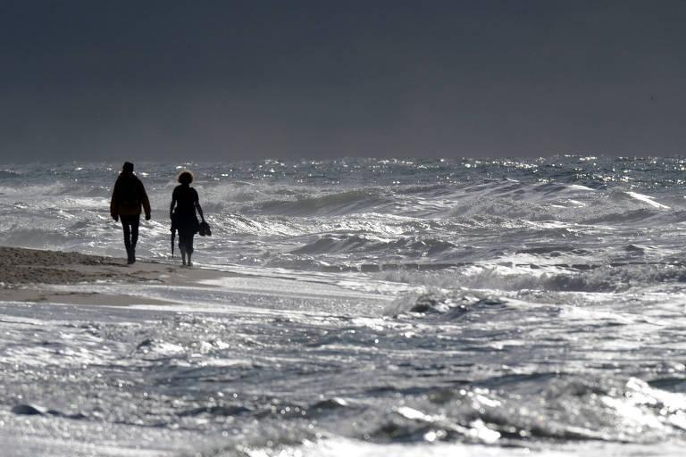 Pessoas caminham em praia da ilha de Sylt, na Alemanha