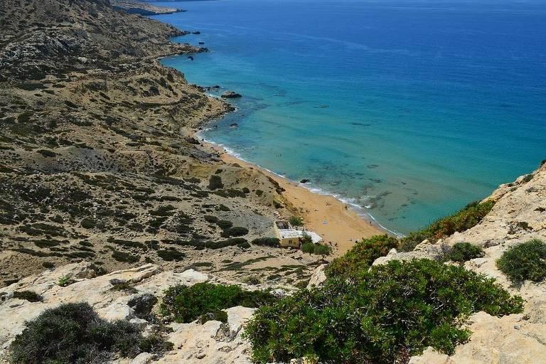 Praia Vermelha (Creta, Grécia) Famosa por suas falésias e areias em tons de vermelho, esta praia para nudistas fica em Mátala, uma localidade situada na costa sul de Creta, a maior e mais populosa ilha da Grécia.