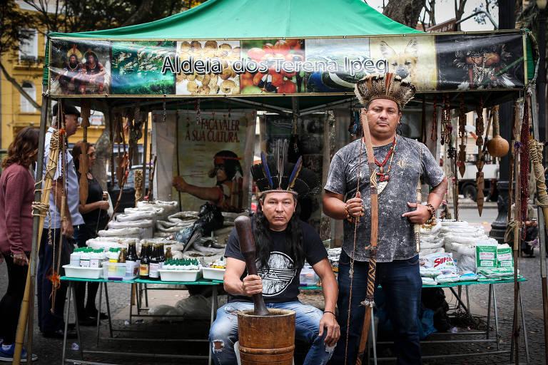 Índios montam 'farmácia natural' na praça da Sé, em SP