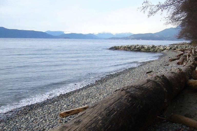 Praia de Wreck Beach, em Vancouver (Canadá), batizada com o nome de um navio naufragado na região