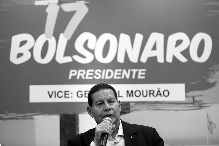 General Hamilton Mourão, candidato a vice-presidente na chapa de Jair Bolsonaro, durante entrevista concedida à imprensa em hotel em Manaus