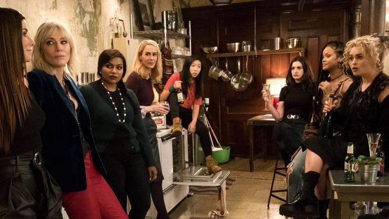 "Sandra Bullock, Helena Bonham Carter, Cate Blanchett, Anne Hathaway, Sarah Paulson, Mindy Kaling, Rihanna e Awkwafina em cena de ""Oito Mulheres e um Segredo"""