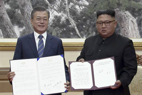 In this image made from video provided by Korea Broadcasting System (KBS),  South Korean President Moon Jae-in, left, and North Korean leader Kim Jong Un pose after signing documents in Pyongyang, North Korea Wednesday, Sept. 19, 2018.(Korea Broadcasting System via AP) ORG XMIT: TKMY801
