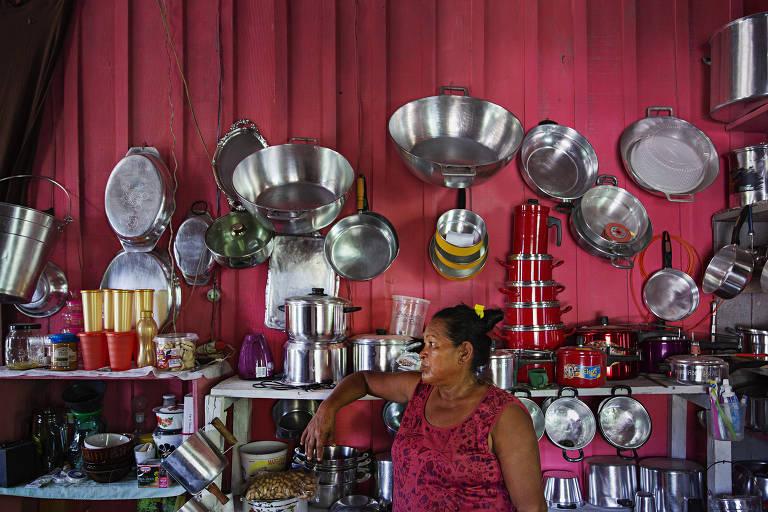 Maria das Graças Ribeiro, 54, na cozinha de sua casa na aldeia Muratu