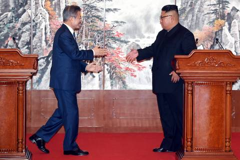 South Korean President Moon Jae-in (L) shakes hands with North Korean leader Kim Jong Un (R) during a joint press conference after their summit at Paekhwawon State Guesthouse in Pyongyang on September 19, 2018. - North Korean leader Kim Jong Un will make a historic visit to Seoul