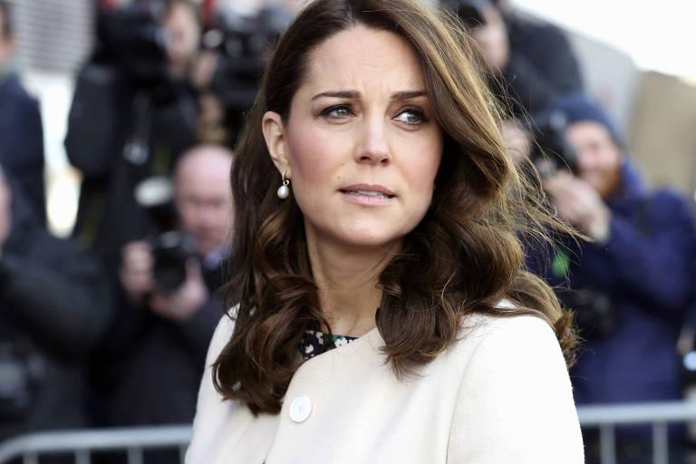 A revista francesa foi a primeira a publicar a imagem em que Kate, sem a parte de cima do biquíni, fotografada em 2012
