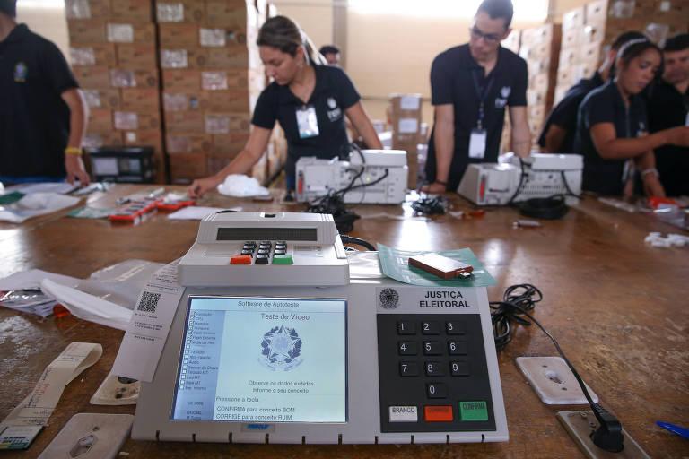 O TRE-DF (Tribunal Regional Eleitoral) realiza o teste de lacração das urnas eletrônicas