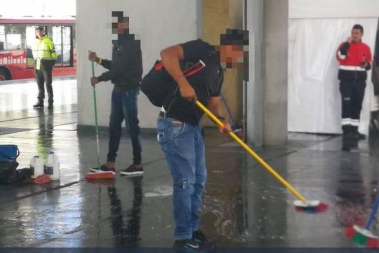 Grupo de 50 pessoas foi punido com limpeza de chão de terminal de ônibus