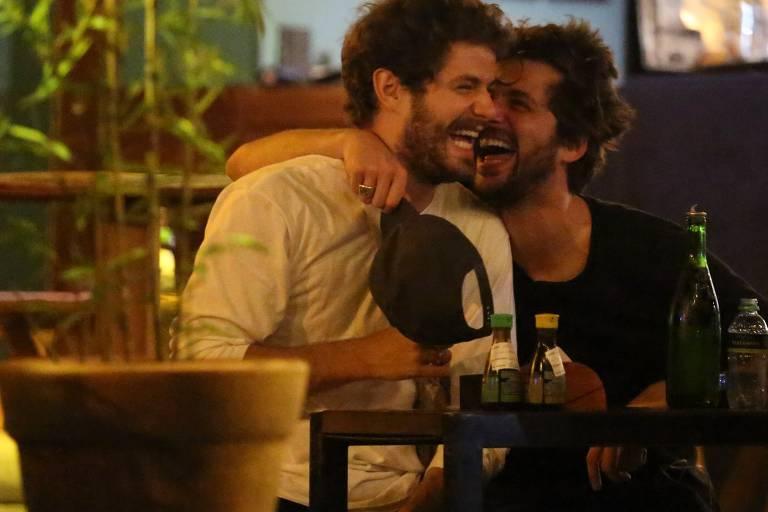 Gil Coelho e Mauricio Destri soram flagrados juntos em noitada no Rio de Janeiro