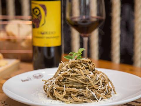 Espaguete ao pesto servido no Vinho & Pasta - Ravin Cozinha Pasquale, que funciona dentro de importadora de vinhos