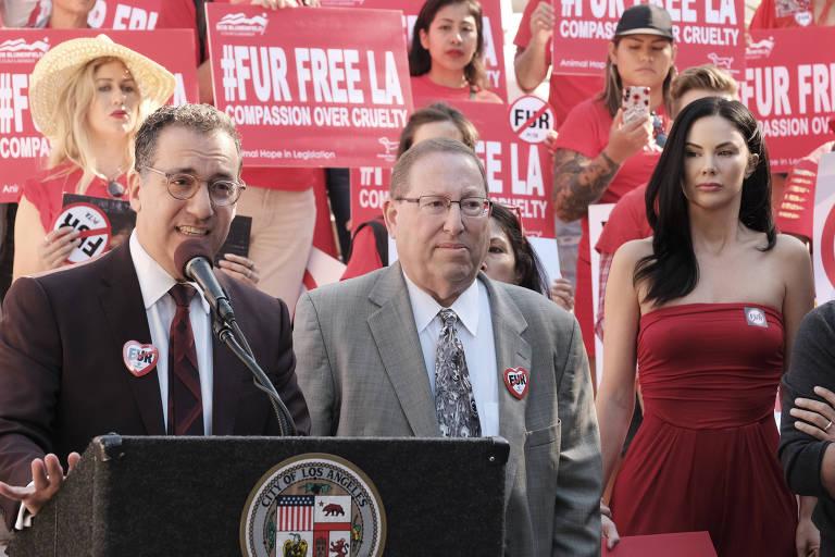 Os vereadores Paul Koretz (à esq., no microfone) e Bob Blumenfield
