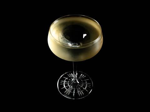 Drinque Le Pape, com gim, vermute branco, vermute seco e calamansi (uma frutinha cítrica), da nova carta do Guilhotina