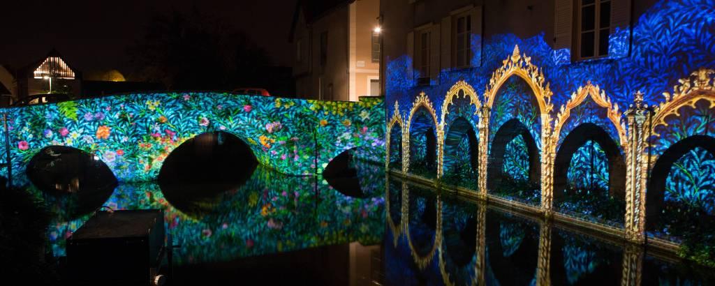 Ponte do rio Eure, iluminada durante festival de luzes de Chartres