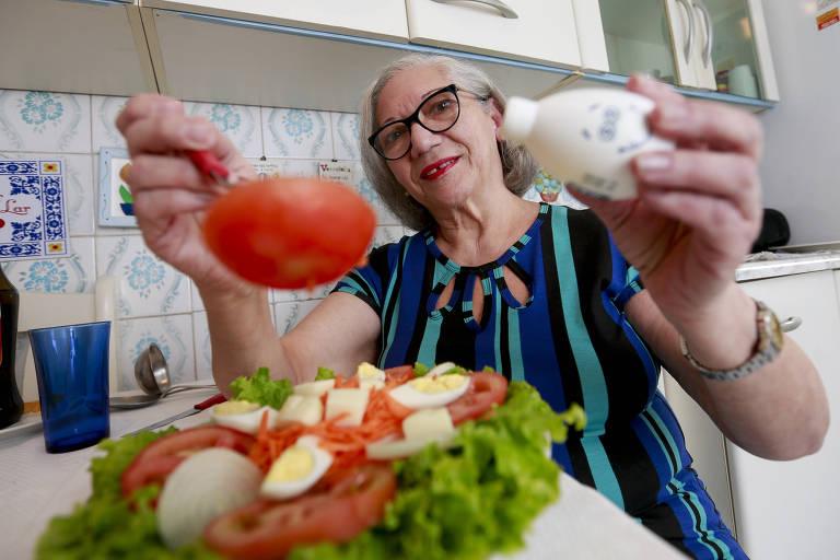 A dona de casa Mariângela Menezes, 64, teve de fazer uma bariátrica por conta dos abusos do sal