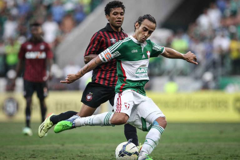 Valdivia prepara finalização em jogo pelo Palmeiras contra o Atlético-PR, no Brasileiro de 2014