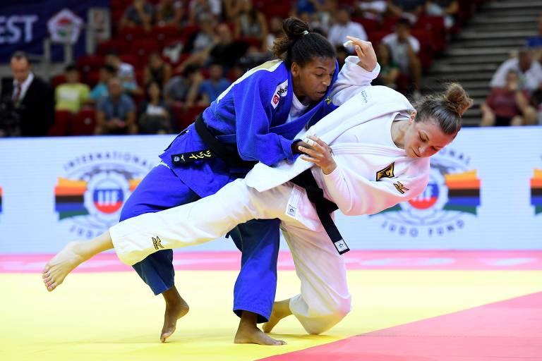 A brasileira Rafaela Silva derruba a alemã Theresa Stoll durante a final do Grand Prix de Budapeste (HUN), em agosto