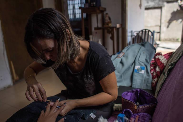 Ana Carla trabalha agora como manicure pra se sustentar; ela foi expulsa da PM após desenvolver síndrome do pânico
