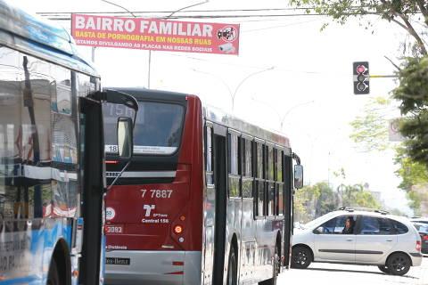 SAO PAULO, SP, 19/09/2018, BRASIL - FAIXAS CONTRA PROSTITUICAO NO PLANALTO PAULISTA- 11:47:48 - Os moradores da regiao do Planalto Paulista, na zona sul, colocam faixas contra a prostituicao no bairro. Faixa no cruzamento das avenida Indianopolis e rua Campina da Taborda. (Rivaldo Gomes/Folhapress, NAS RUAS) - ***EXCLUSIVO AGORA*** EMBARGADA PARA VEICULOS ONLINE***UOL, FOLHAPRESS E FO LHA.COM CONSULTAR FOTOGRAFIA DO AGORA***FONES 32242169 E 32243342***