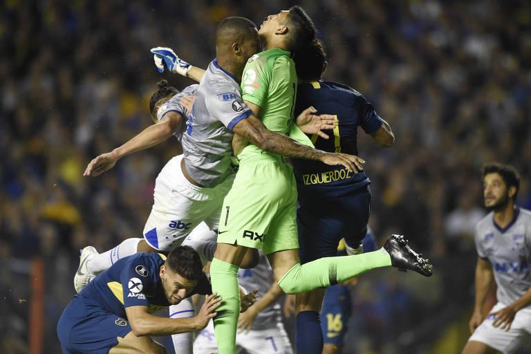 Zagueiro Dedé se choca com o goleiro Andrada