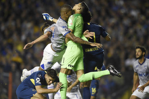Dede of Brazil's Cruzeiro, left, and Esteban Andrada, goalkeeper of Argentina's Boca Juniors, clash during a Copa Libertadores quarterfinal soccer match in Buenos Aires, Argentina, Wednesday, Sept. 19, 2018. (AP Photo/Gustavo Garello) ORG XMIT: XRM134