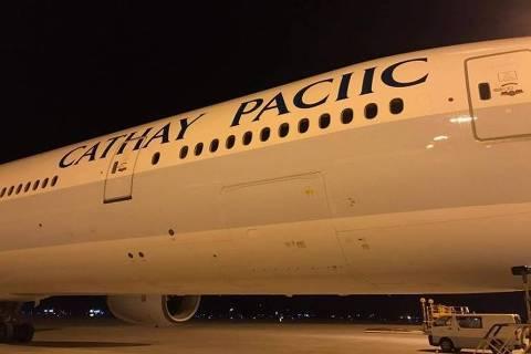 Avião da Cathay Pacific recebe pintura com nome errado da empresa