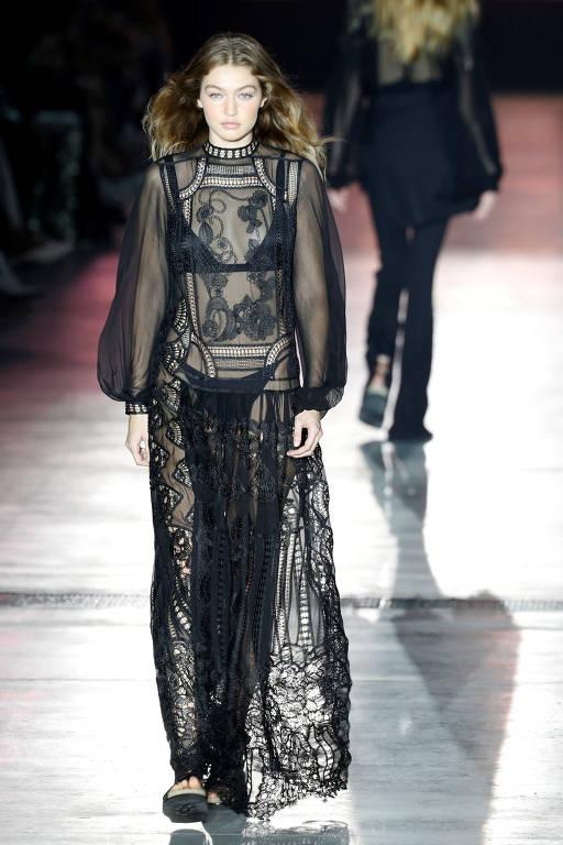 Desfiles das grifes Max Mara e Alberta Ferretti na Semana de Moda de Milão