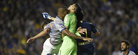 Dede of Brazil's Cruzeiro, left, and Esteban Andrada, goalkeeper of Argentina's Boca Juniors, clash during a Copa Libertadores quarterfinal soccer match in Buenos Aires, Argentina, Wednesday, Sept. 19, 2018. (AP Photo/Gustavo Garello) ORG XMIT: XRM134