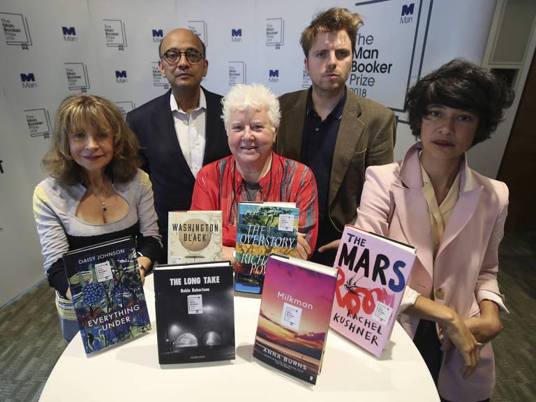 Os juízes do Man Booker Prize com os livros que concorrem na final