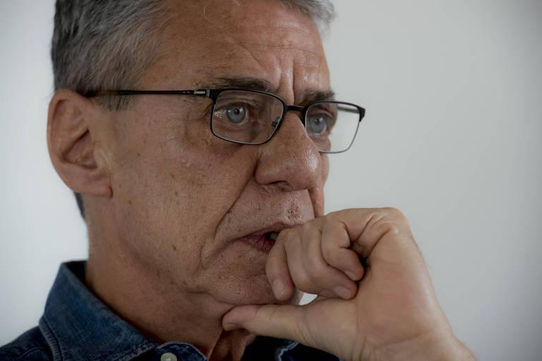 Chico Buarque usa óculos e olha seriamente para frente