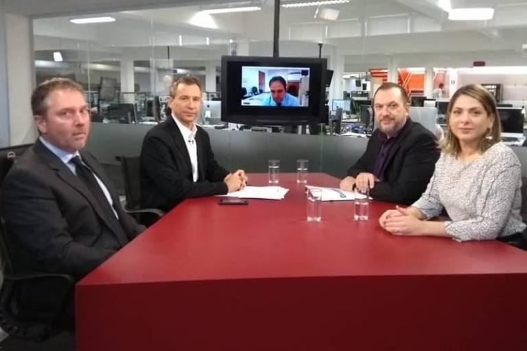 Igor Gielow, Fernando Canzian, Mauro Paulino e Daniela Lima sentados à mesa durante debate na TV Folha