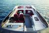 A lancha Intermarine 58 Offshore tem volante multifuncional, com botões que controlam áudio e iluminação, e poltronas que permitem pilotar de pé ou sentado