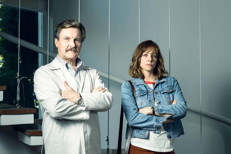 À esq. Roger, interpretado por Antônio Calloni, e Mira, Elisa Volpatto