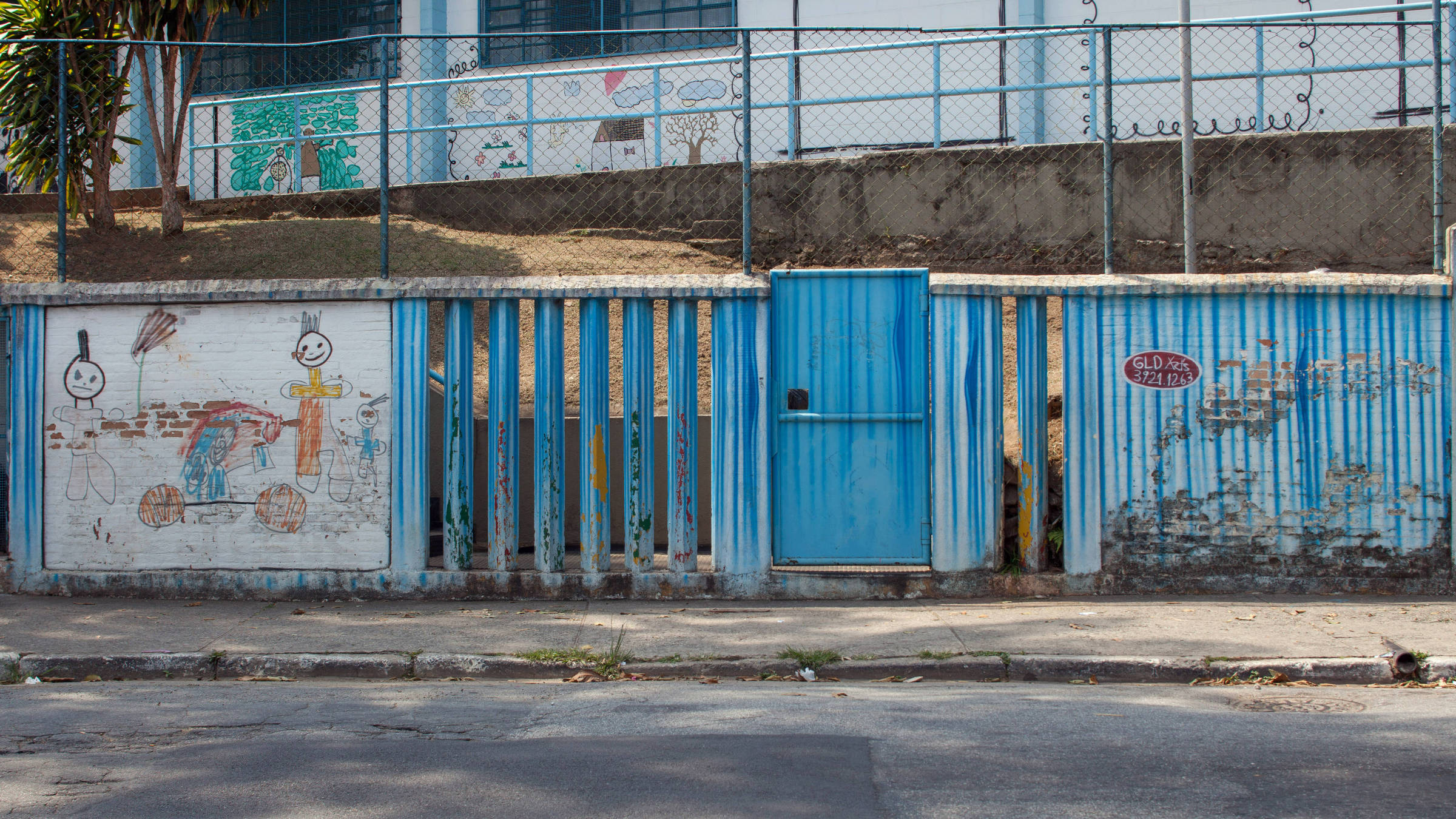 Fachadas de escolas públicas na cidade de São Paulo; instituições brasileiras têm condições de atendimento inferiores a de países desenvolvidos - Fotos Tuca Vieira/Folhapress