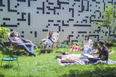 Público no jardim do Flo Ateliê Botânico; além de plantas e itens de decoração, casa oferece chás e drinques