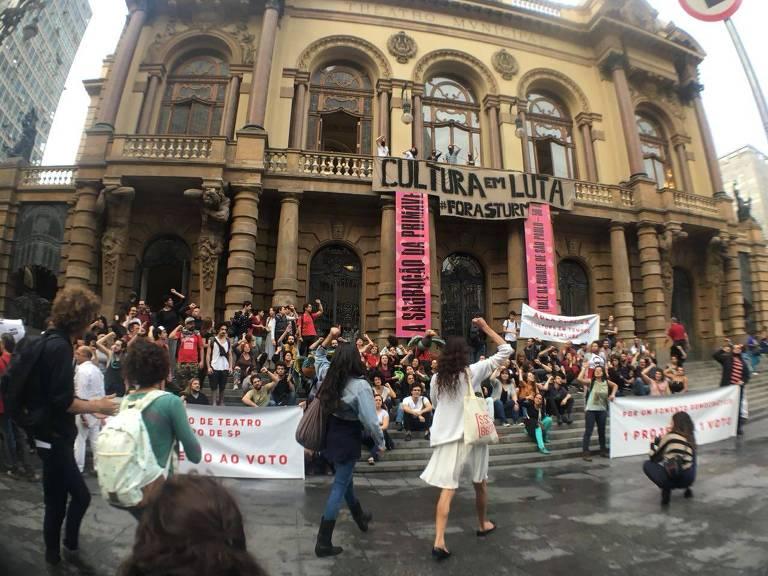 Protesto em frente ao Teatro Municipal de São Paulo
