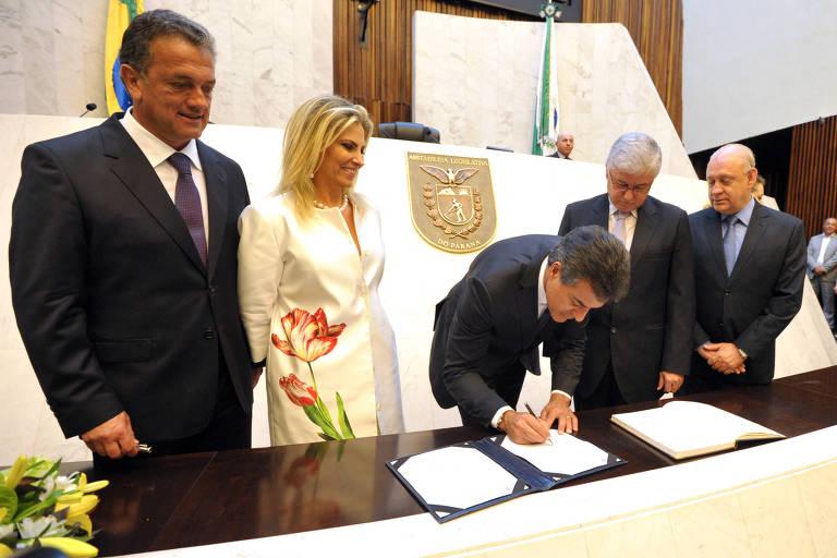Beto Richa durante cerimônia de posse como governador do Paraná, ao lado da então vice Cida Borghetti, que agora disputa o governo estadual