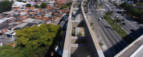 SAO PAULO, SP, BRASIL-18-10- 2017 : Vista da obra da  linha 17 do monotrilho, que esta parada,  na Av Roberto Marinho, zona sul de Sao Paulo. Com obra atrasada, monotrilho da linha 17-ouro trará mais prejuízo financeiro ao Metrô, diz relatório. . . ( Foto: Joel Silva/Folhapress ) ***COTIDIANO *** ( ***EXCLUSIVO FOLHA***)