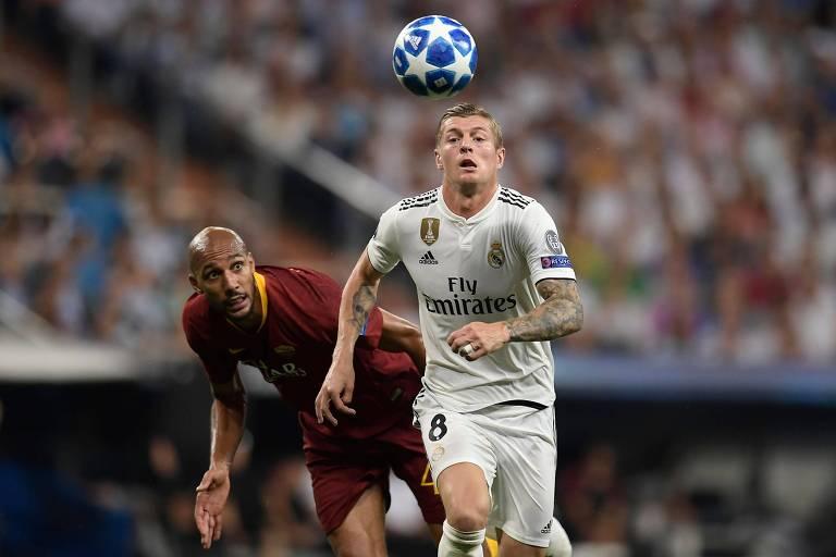 Toni Kroos passa por Steven Nzonzi durante jogo da Champions League