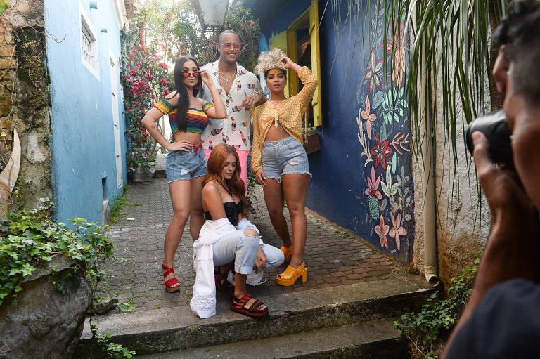 Léo Santana posa com meninas que participaram do vídeo