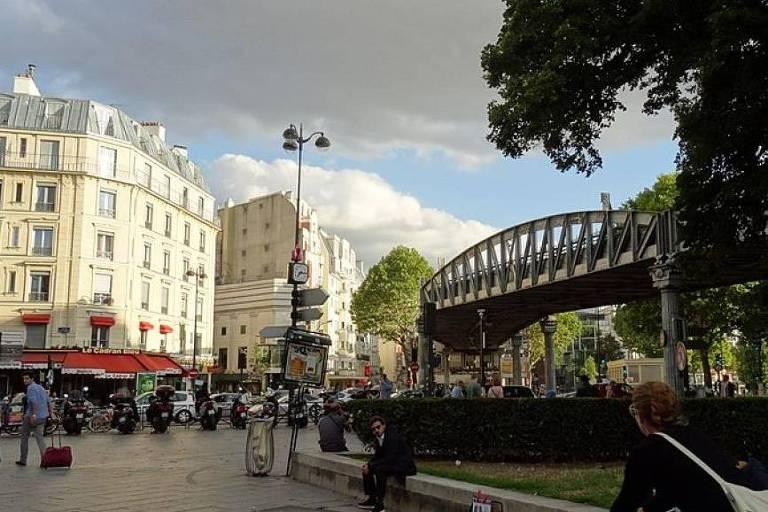 A praça de Stalingrad no nordeste de Paris