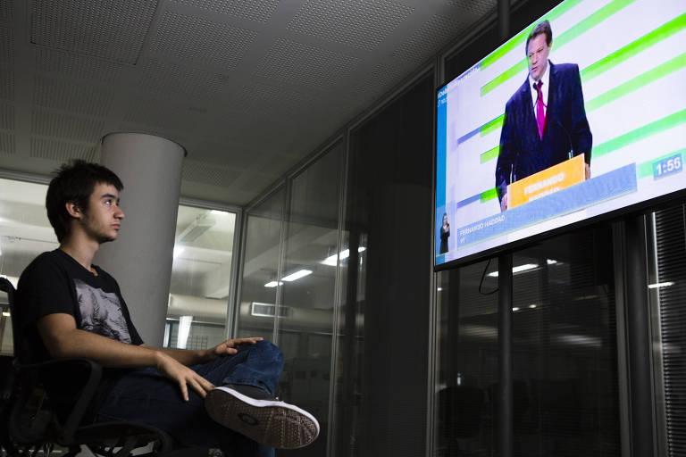 O estudante Fernando Safadi, 18, assiste na redação da Folha ao debate entre presidenciáveis exibido pela TV Aparecida