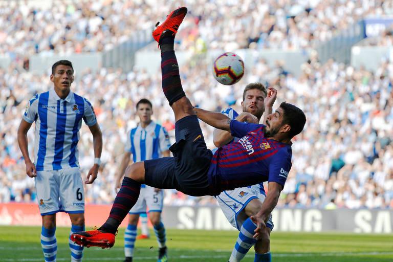4069ec50ff007 Luis Suarez tenta dar bicicleta em jogo do Barcelona pelo Espanhol contra a  Real Sociedad