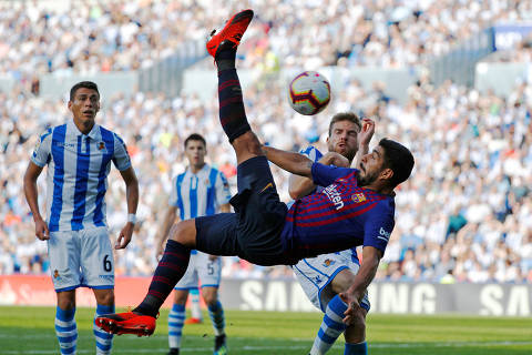 Soccer Football - La Liga Santander - Real Sociedad vs FC Barcelona - Anoeta Stadium, San Sebastian, Spain - September 15, 2018  Barcelona's Luis Suarez shoots at goal     REUTERS/Paul Hanna      TPX IMAGES OF THE DAY ORG XMIT: AI