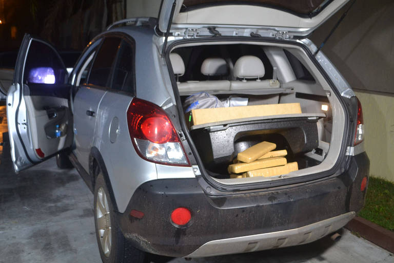 Tabletes de maconha em porta-malas de carro estacionado em motel na zona leste de SP